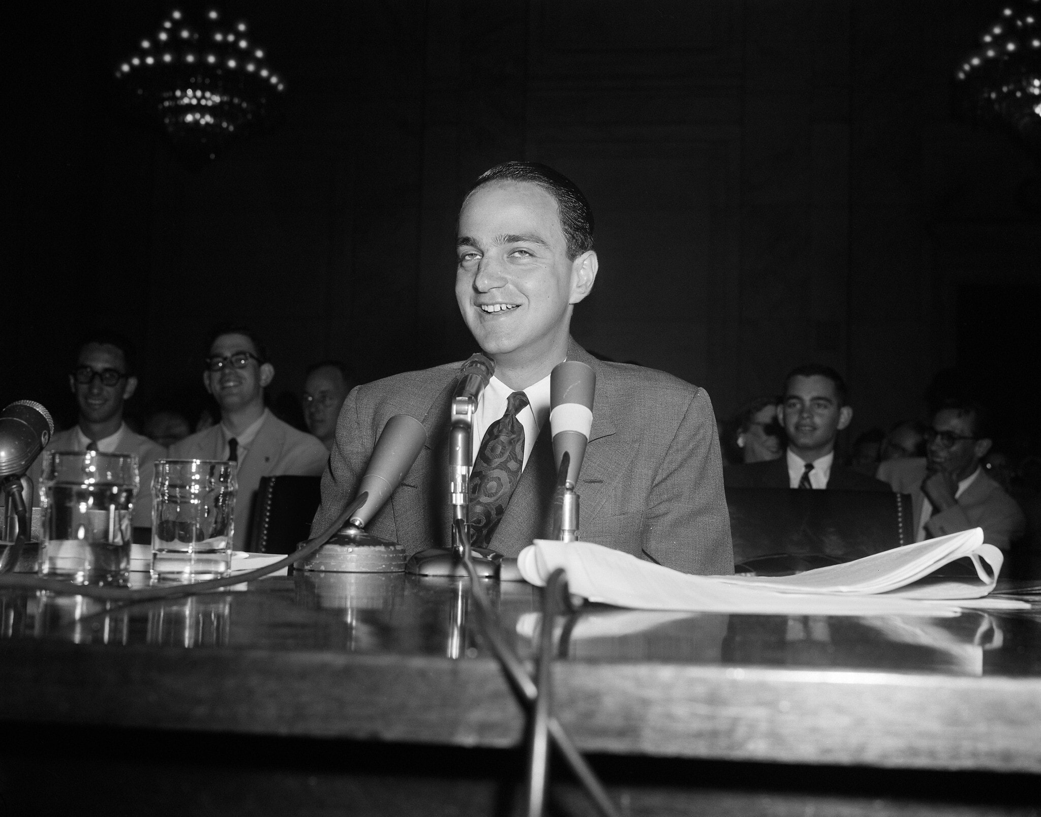 רוי כהן היה יועצו המשפטי של ג'וזף מקארתי בחקירות תת הוועדה שלו בסנאט. הוא מתועד פה צוחק בזמן שהוא נחקר בחקירה נגדית על ידי עורך הדין ג'וזף וולץ' בזמן ששימש כעד בשימוע בסנאט, 3 ביוני 1954 (צילום: Henry Griffin, AP)