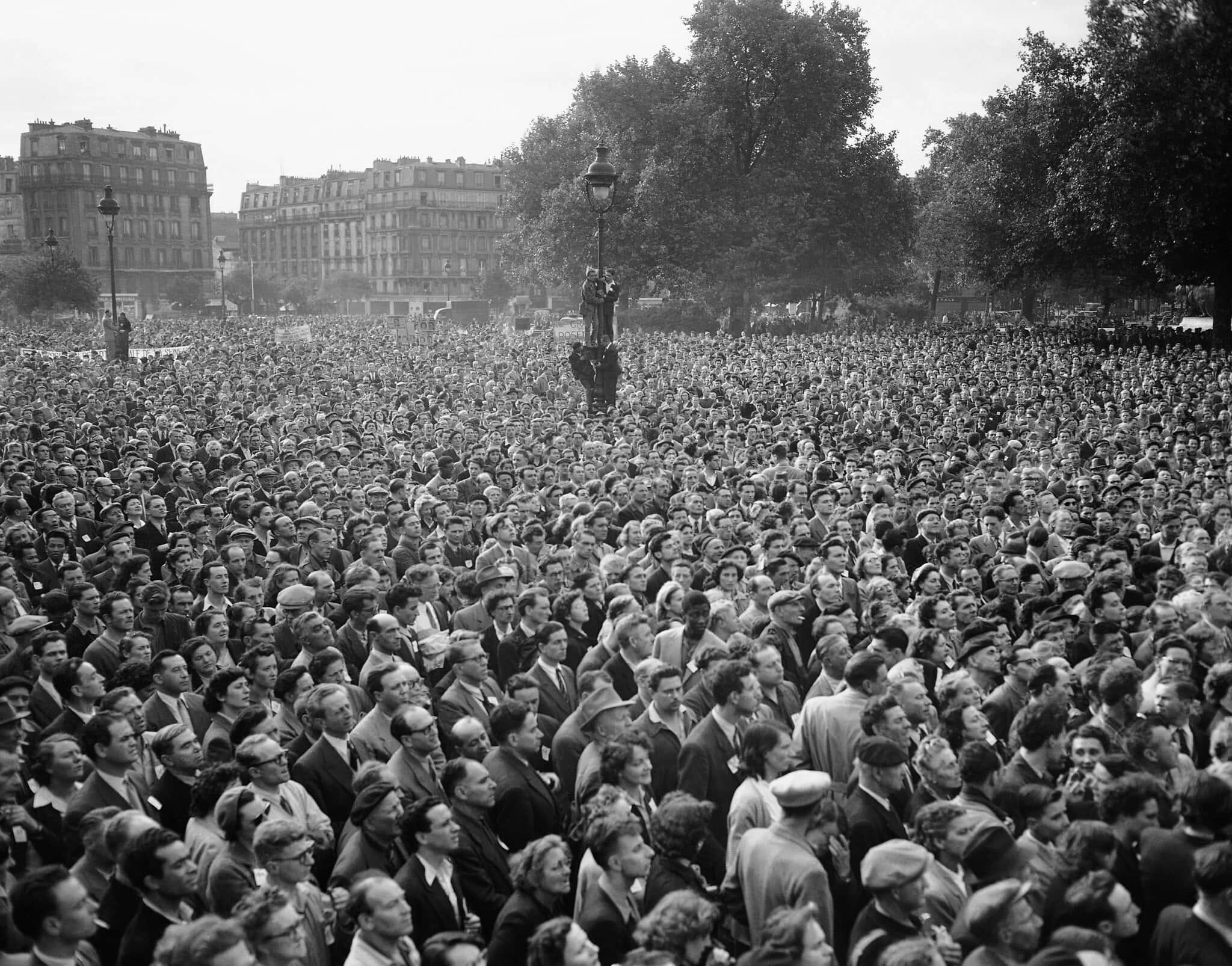 מבט כללי לכיכר נאסיון בפריז ב-17 ביוני 1953, במהלך הפגנה לטובת בני הזוג רוזנברג (צילום: Louis Heckly, AP)