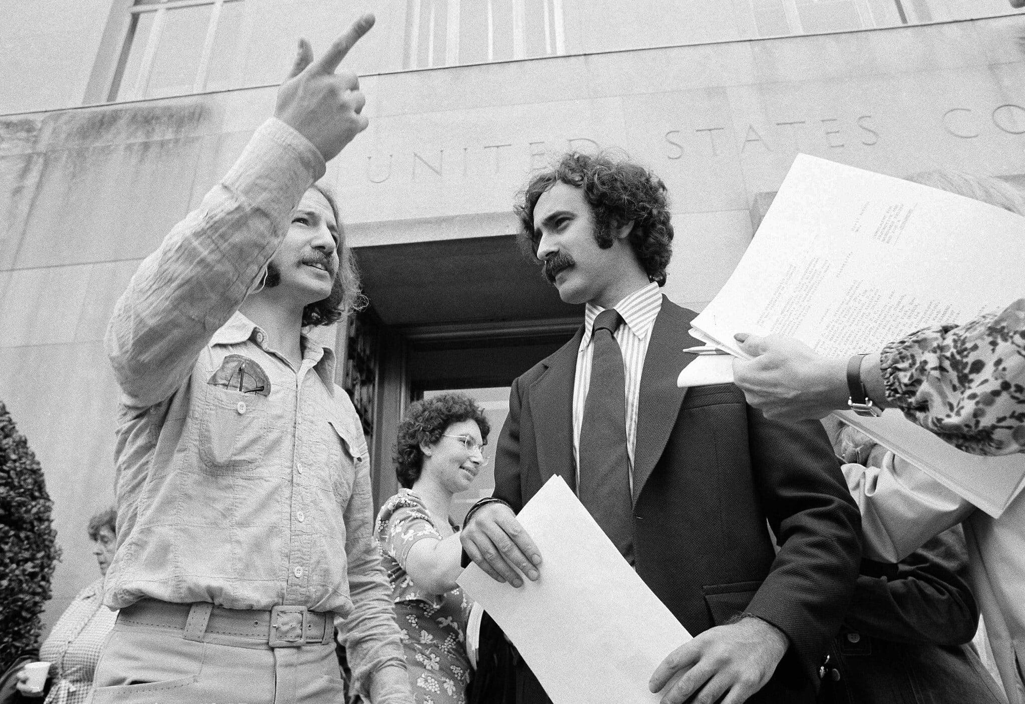 רוברט מאירופול (מימין) ומייקל מאירופול משוחחים עם נציגי התקשורת מחוץ לבית המשפט המחוזי בוושינגטון, 14 ביולי 1975 (צילום: AP)