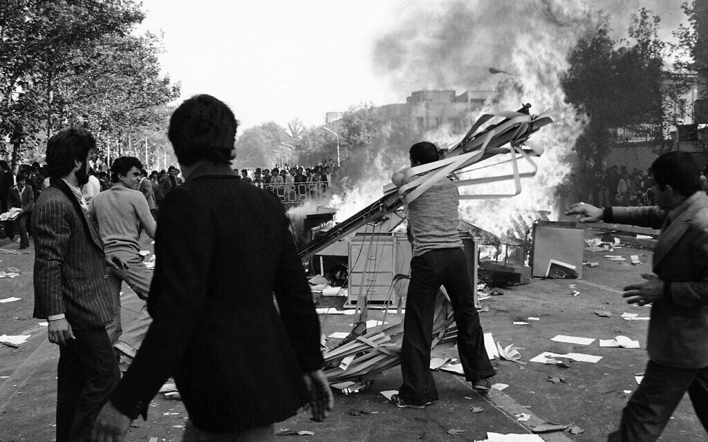 הפגנות בטהרן במהלך המהפכה האיראנית ב-1978 (צילום: AP Photo/Aristotle Saris)