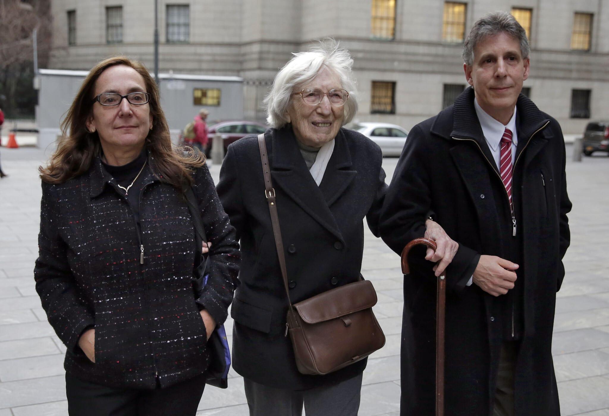 מרים מושקוביץ, 98, מלווה באחיינה אירה מושקוביץ ובאשתו קארן פונטי, כשהם יוצאים מבית המשפט הפדרלי בניו יורק ב-4 בדצמבר 2014, אחרי ששופט דחה את בקשתה למחוק את הרשעתה מ-1950 בגין קשירת קשר לשיבוש הליכים לקראת משפט הריגול של יוליוס ואתל רוזנברג. היא ריצתה את עונשה, שנתיים מאסר (צילום: Richard Drew, AP)