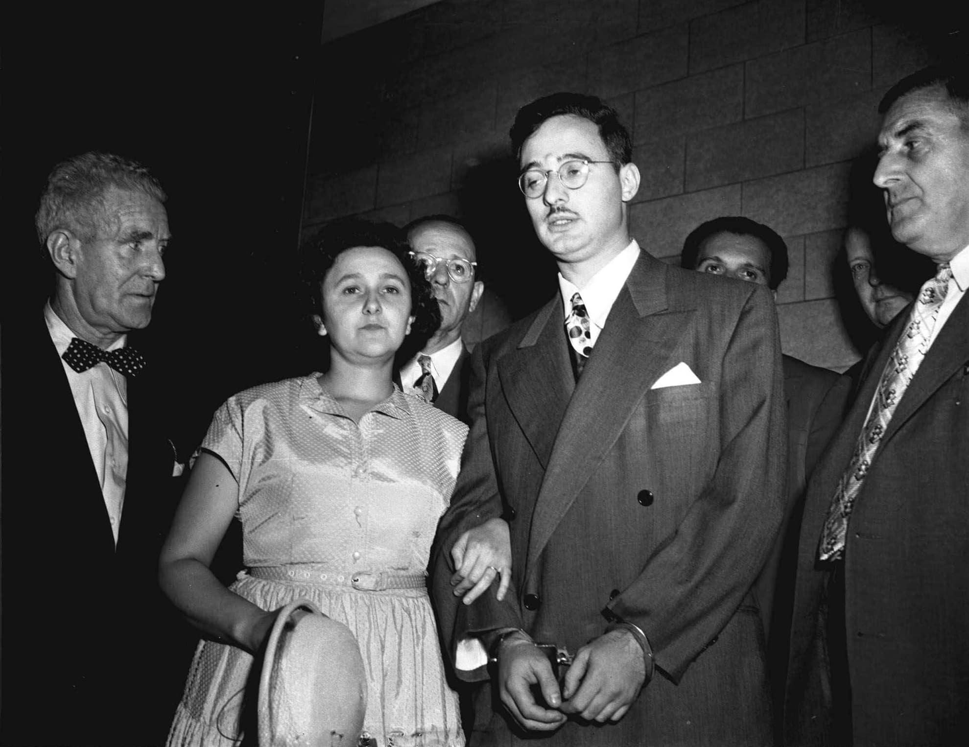 אתל ויוליוס רוזנברג, במרכז, במהלך משפטo בניו יורק, 1951 (צילום: AP)