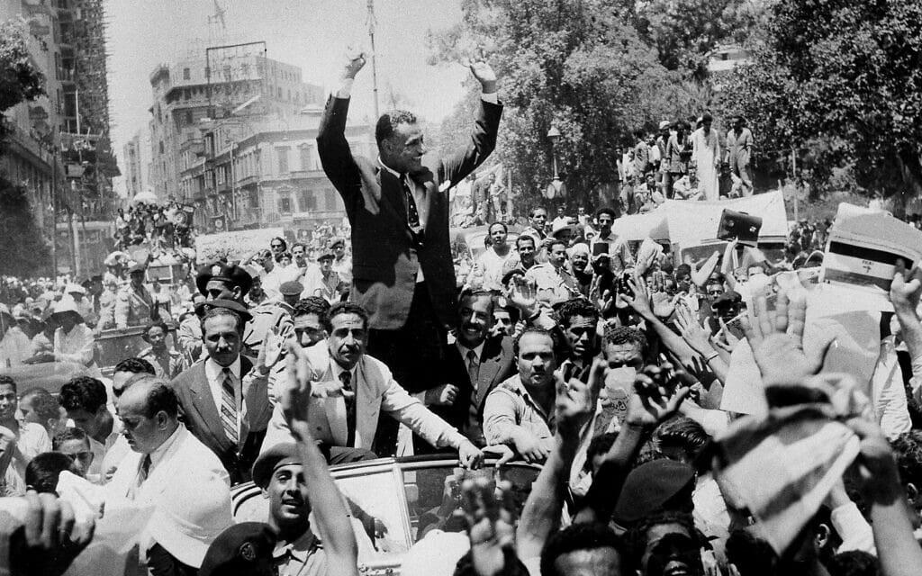נשיא מצרים גמאל עבד אל נאצר מתקבל בתשואות ברחובות קהיר ב-28 ביולי 1956, בעקבות הכרזתו על הלאמת תעלת סואץ (צילום: AP Photo)