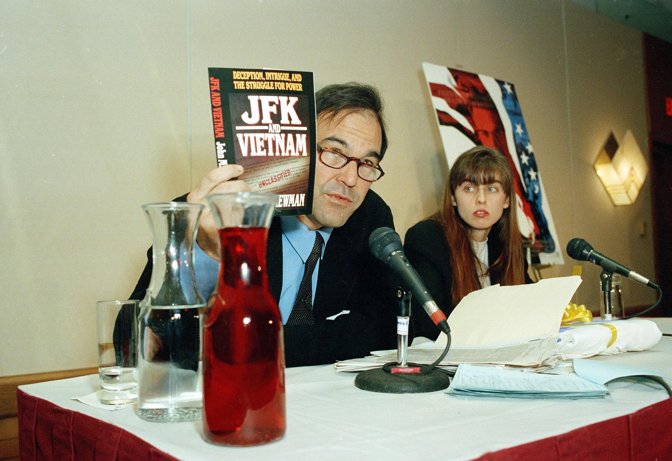 אוליבר סטון במסיבת עיתונאים אחרי צאת סרטו העלילתי JFK, 16 בינואר 1992 (צילום: AP Photo/Julie Malakie)