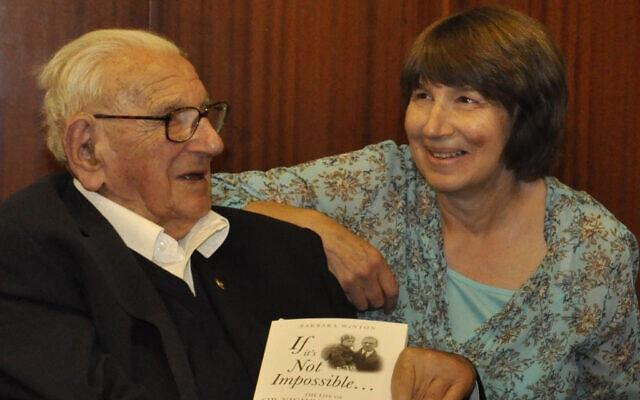 ניקולס וינטון עם בתו ברברה וינטון בהשקת הביוגרפיה שלו ביום הולדתו ה-105 ב-2014 (צילום: באדיבות ברברה וינטון)