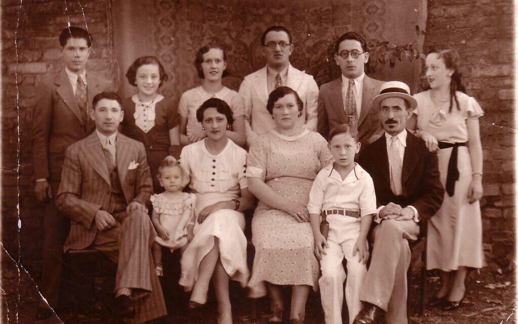 סבתה של רות בהר, אסתר (שלישית משמאל בשורה הראשונה, לובשת שמלה לבנה) עם משפחתה באגרמונטה בסביבות 1936 (צילום: באדיבות רות בהר)