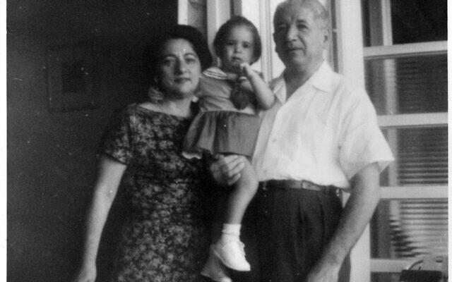 רות בהר עם סבה וסבתה מצד אמה, אסתר ומקסימו, בהוואנה, בערך בשנת 1958 (צילום: באדיבות רות בהר)