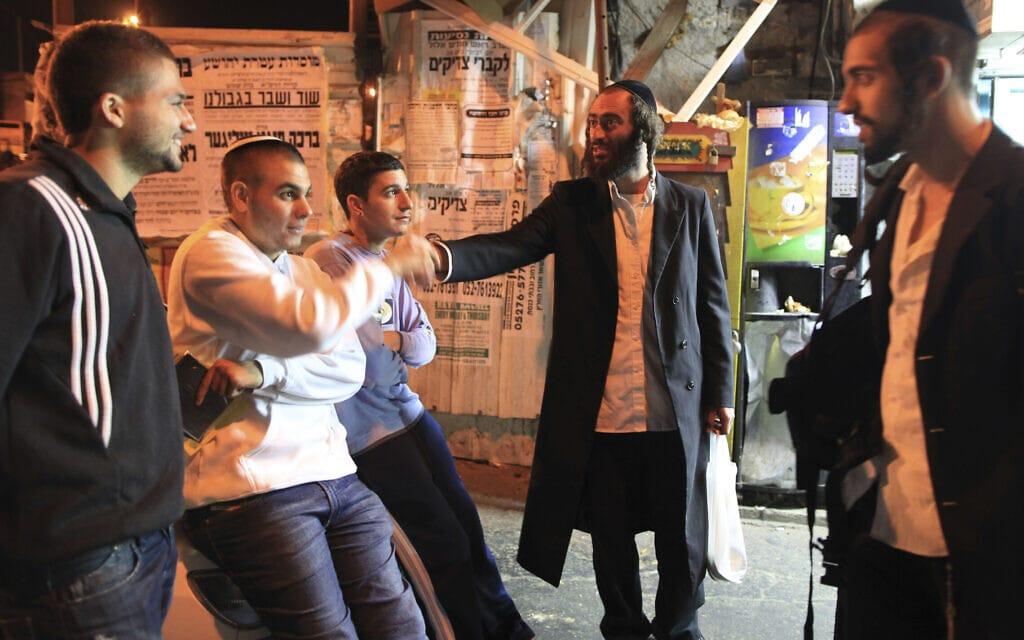 חרדים מנסים לשכנע בני נוער לשפר את דרכיהם, אילוסטרציה (צילום: Nati Shohat/Flash90)