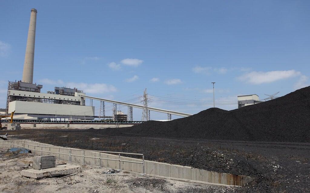 אפר פחם בתחנת הכוח בחדרה (צילום: yaakov Naumi/Flash90)