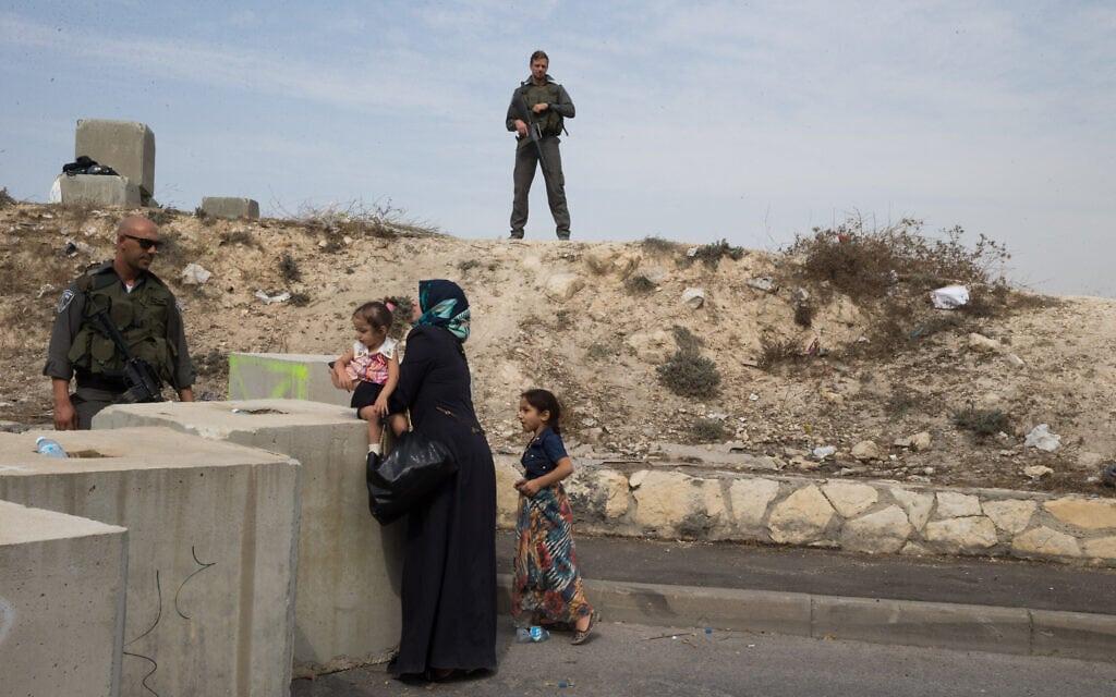 .מחסומי משטרה בכניסה לשכונת עיסאוויה במזרח ירושלים ובדיקות לפלסטינים שרוצים לעבור. 2015 (צילום: Nati Shohat/Flash90)