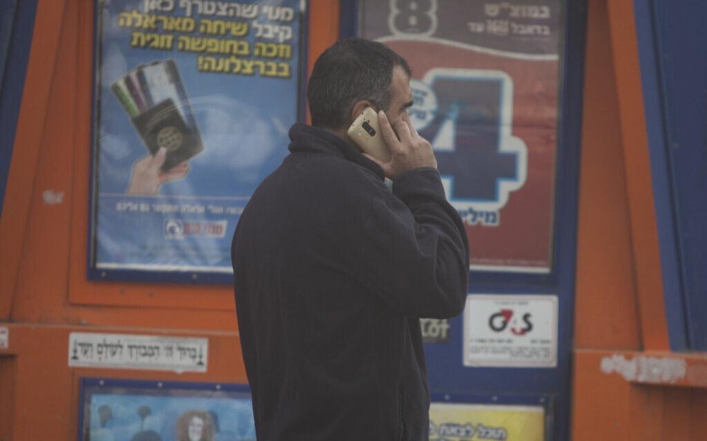 אזרח משוחח בסלולרי, אילוסטרציה (צילום: ליאור מזרחי/פלאש90)