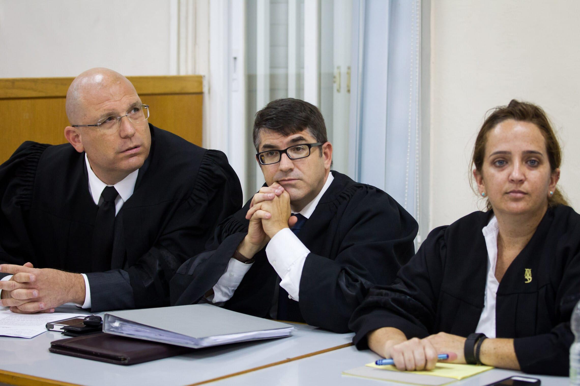 צוות ההגנה במשפטו של אופק בוכריס: עורכי הדין רועי בלכר, עודד סבוראי ומיה שגיא (צילום: Miriam Alster/FLASh90)