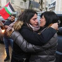 .חברת הפרלמנט הפלסטיני לשעבר וחברת החזית העממית לשחרור פלסטין חלידה ג'ראר אחרי שיחרורה ממעצר של 20 חודשים ברמאללה ב-2019, מתחבקת עם בתה סוהא, שנפטרה במפתיע בגיל 30 (צילום: STR/Flash90)