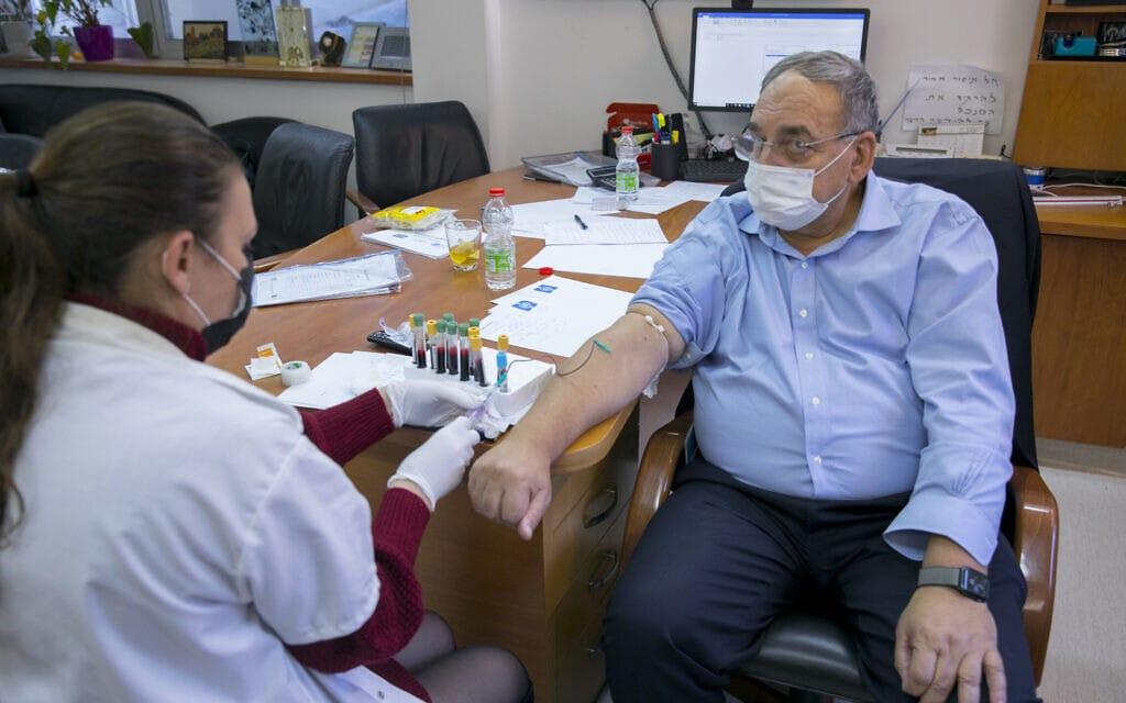 """מנכ""""ל הדסה, פרופ' זאב רוטשטיין, משתתף בניסוי של המכון הביולוגי בחיסון נגד נגיף הקורונה, 21 בדצמבר 2020 (צילום: אוליבייה פיטוסי/פלאש90)"""