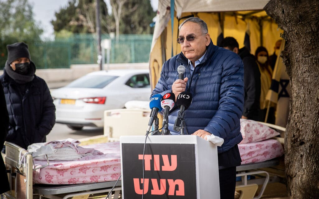 """מנכ""""ל הדסה, פרופ' זאב רוטשטיין, נואם בהפגנה של דירקטריון בית החולים מול משרד האוצר, 17 בינואר 2021 (צילום: יונתן זינדל/פלאש90)"""