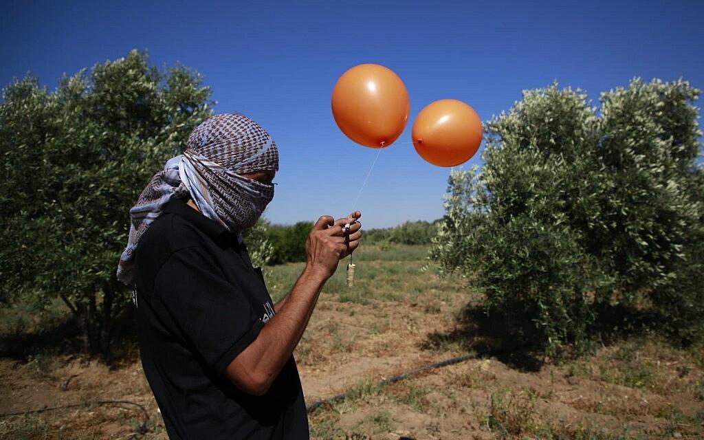 פלסטיני בעזה מכין בלוני תבערה, 15 ביוני 2021 (צילום: Atia Mohammed/FLASH90)