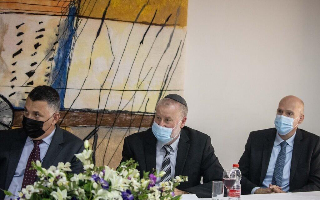 פרקליט המדינה עמית איסמן, היועץ המשפטי לממשלה אביחי מנדלבליט ושר המשפטים גדעון סער, 28 ביוני 2021 (צילום: יונתן זינדל/פלאש90)