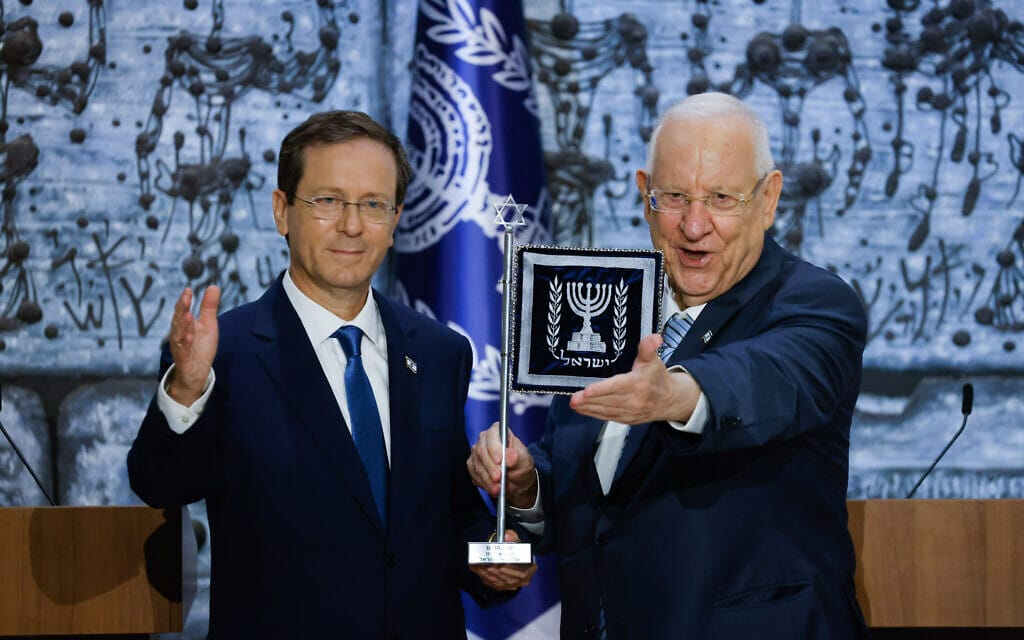 הנשיא היוצא ראובן ריבלין מעניק לנשיא הנכנס יצחק הרצוג את נס הנשיא, 07 ביולי 2021 (צילום: Olivier Fitoussi/FLASH90)
