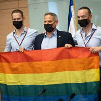 """ניצן הורוביץ, איתי ויואב פנקס ארד, במסיבת עיתונאים אחרי פסיקת בג""""ץ בסוגיית הפונדקאות לזוגות מאותו מין, 12 ביולי 2021 (צילום: יונתן זינדל/פלאש90)"""