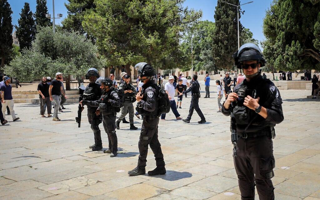 אנשי משטרה מאבטחים יהודים שפקדו את הר הבית בט' באב, 18 ביולי 2021 (צילום: Jamal Awad/Flash90)