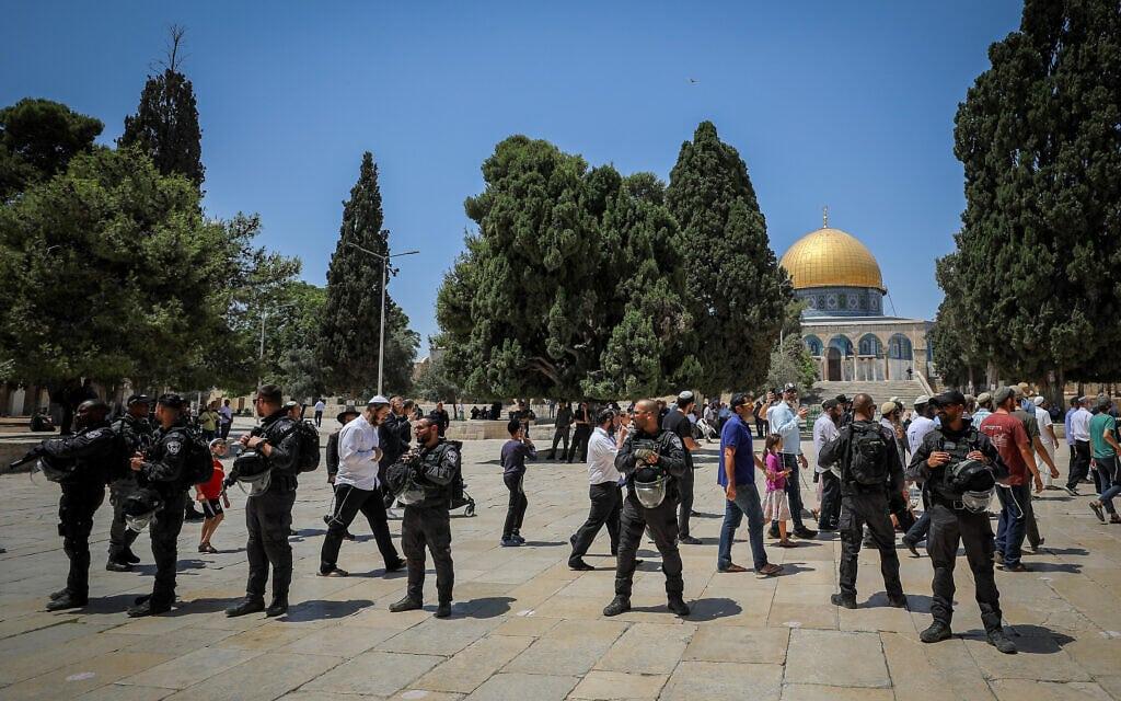 שוטרים מפקחים על עליית יהודים להר הבית בתשעה באב, 18 ביולי 2021