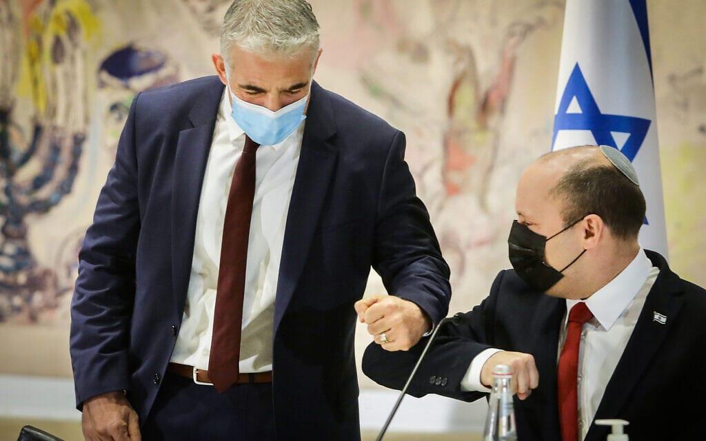 נפתלי בנט ויאיר לפיד בישיבת הממשלה, 19 ביולי 2021 (צילום: Marc Israel Sellem/POOL)