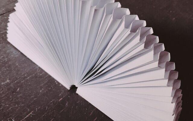 """מעטפת """"מניפה"""" מהסוג שייצר סבה של ג'ולי מץ, ג'וליוס זינגר, בווינה (צילום: באדיבות ג'ולי מץ)"""