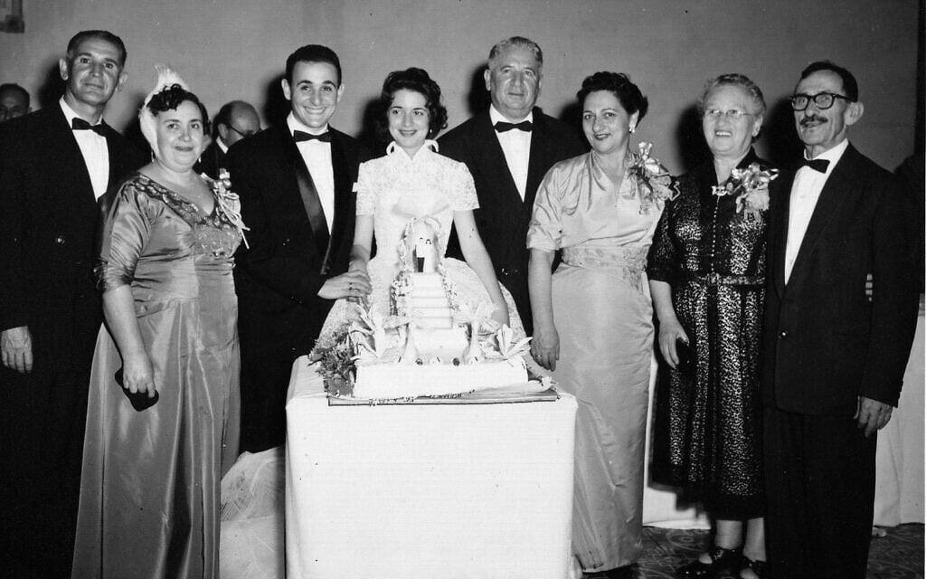 חתונת הוריה של רות בהר בהוואנה ב-1956, עם סביה הספרדים משמאל וסביה ורב-סביה האשכנזים מימין (צילום: באדיבות רות בהר)