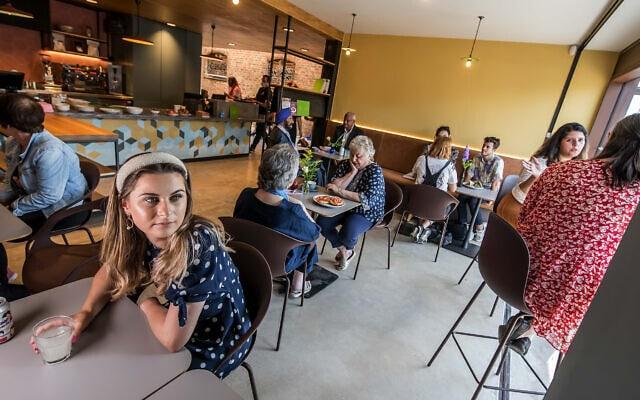 בית הקפה הכשר באגף החדש שנוסף למוזיאון היהודי במנצ'סטר בתום מלאכת שיפוץ שארכה כשנתיים (צילום: Chris Payne)