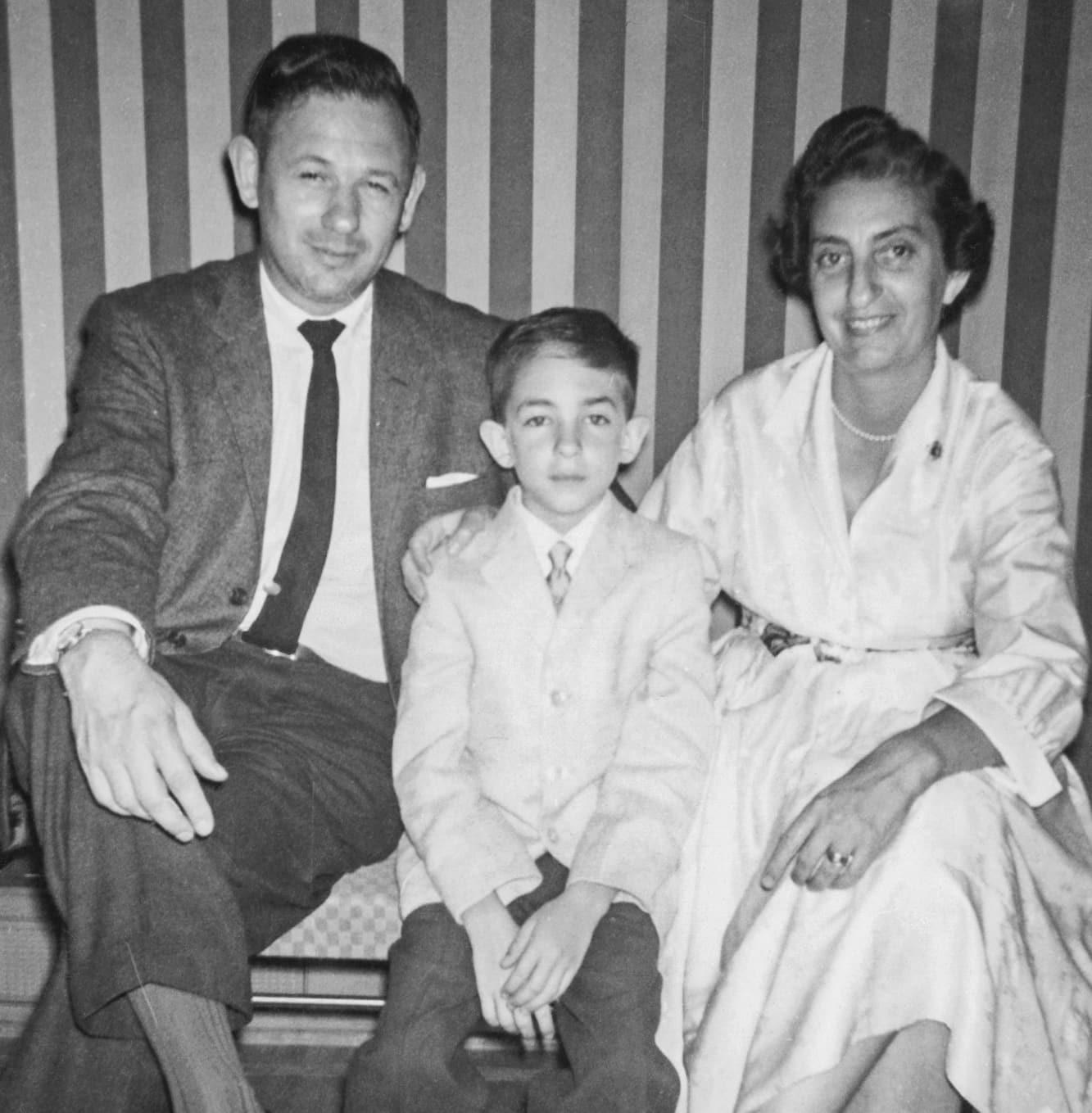 בארי זוננפלד, במרכז, עם אביו ואמו (צילום: אלבום המשפחתי של בארי זוננפלד)