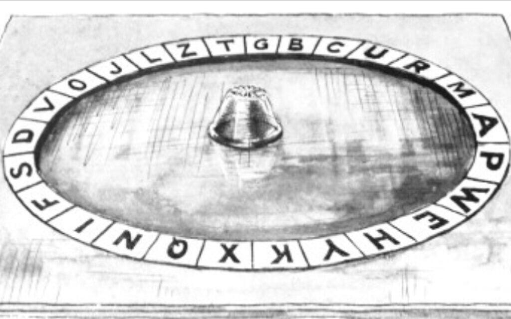 לוח ויג'י, שנעשה בעבודת יד ושימש את אליאס הנרי ג'ונס ואת סדריק ווטרס היל בסיאנסים המוקדמים שלהם (צילום: אליאס הנרי ג'ונס, הדרך לעין-דור, 1919)