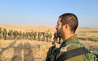 """סא""""ל ארז שבתאי, מפקד גדוד קרקל, בשטח (צילום: דובר צה""""ל)"""