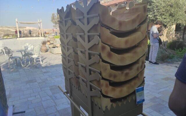 דמוי שולחן לחם הפנים שהיה במקדש (צילום: דוב מורל)