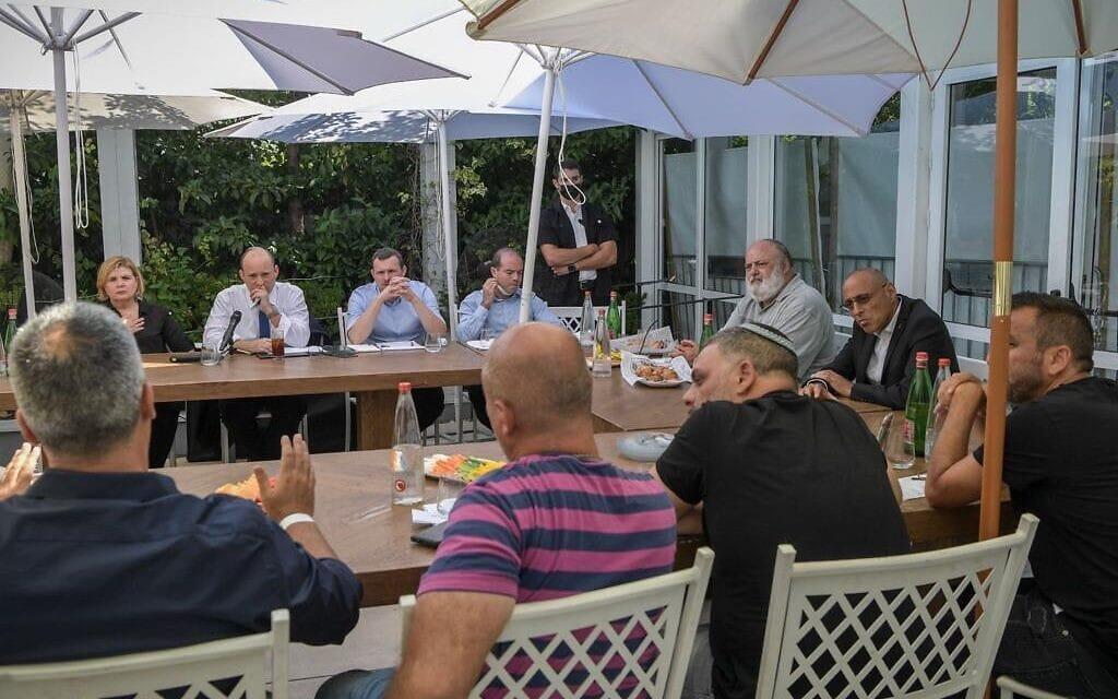 """ראש הממשלה נפתלי בנט ושרת הכלכלה אורנה ברביבאי בפגישה עם בעלי אולמות האירועים, 15 ביולי 2021 (צילום: קובי גדעון/ לע""""מ)"""