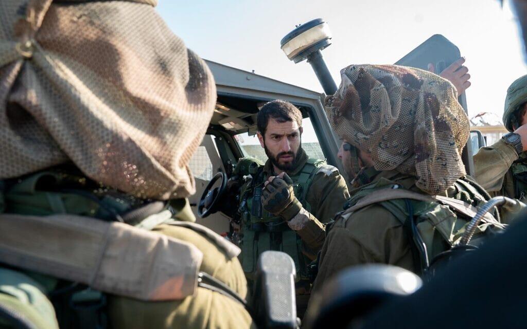 """סא""""ל ארז שבתאי על גבול ישראל-מצרים (צילום: דובר צה""""ל)"""
