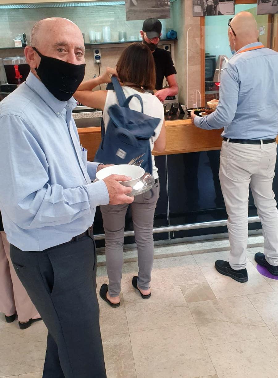 חבר הכנסת פרופ' אלון טל מגיע למזנון הכנסת עם כלים רב-פעמיים (צילום: באדיבות המצולם)
