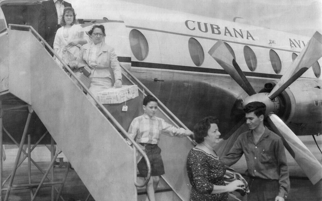 סבתה של רות בהר (נושאת קופסה) מהגרת מקובה לארצות הברית ב-1961 (צילום: באדיבות רות בהר)