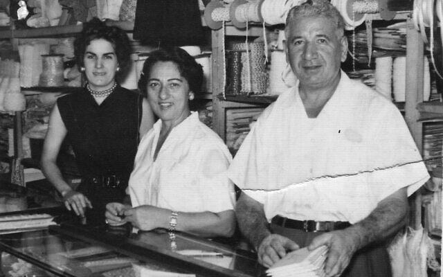 אסתר, סבתה של רות בהר, ומקסימו, סבה (במרכז ומימין) בחנות התחרה שלהם בהוואנה, יחד עם אחת העובדות שלהם בתחילת שנות ה-50 (צילום: באדיבות רות בהר)