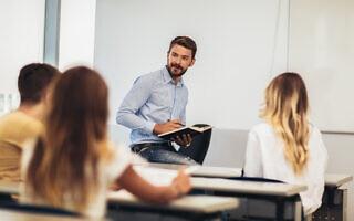 מורה ותלמידים, אילוסטרציה (צילום: Jovanmandic / iStock)
