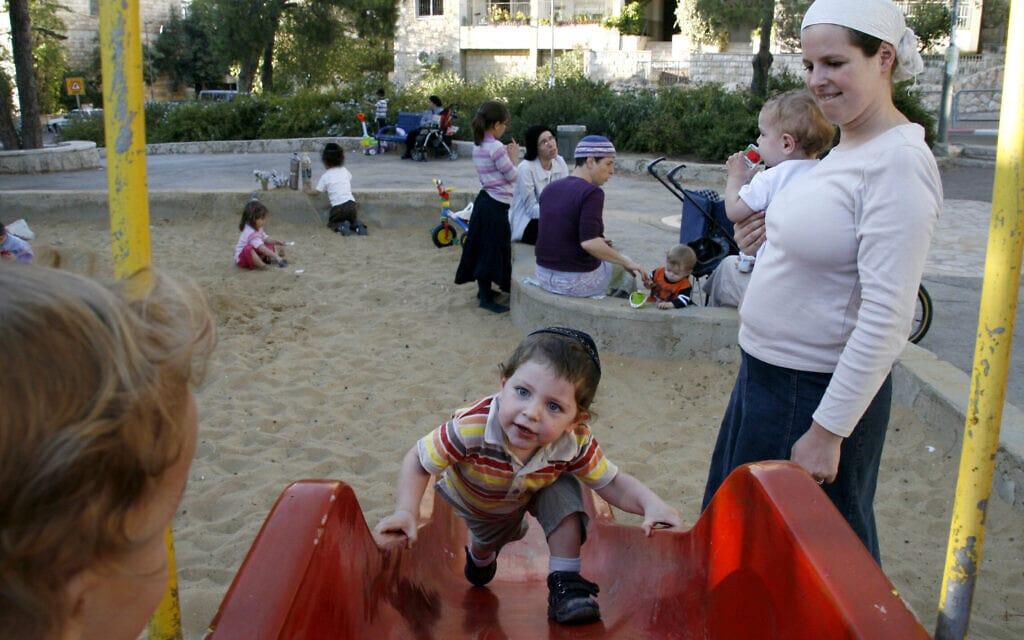 אישה חרדית ובנה הפעוט בגינה ציבורית בגבעת שאול בירושלים. למצולמים אין קשר ישיר לכתבה (צילום: Lara Savage/Flash 90)