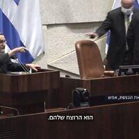 """ח""""כ משה גפני קורא לנפתלי בנט רוצח במליאת הכנסת, יולי 2021, צילום מסך מערוץ הכנסת"""