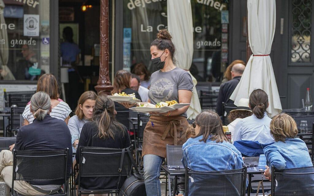 מסעדה שנפתחה מחדש בפריז אחרי הסרת המגבלות, יולי 2021 (צילום: AP Photo/Michel Euler)