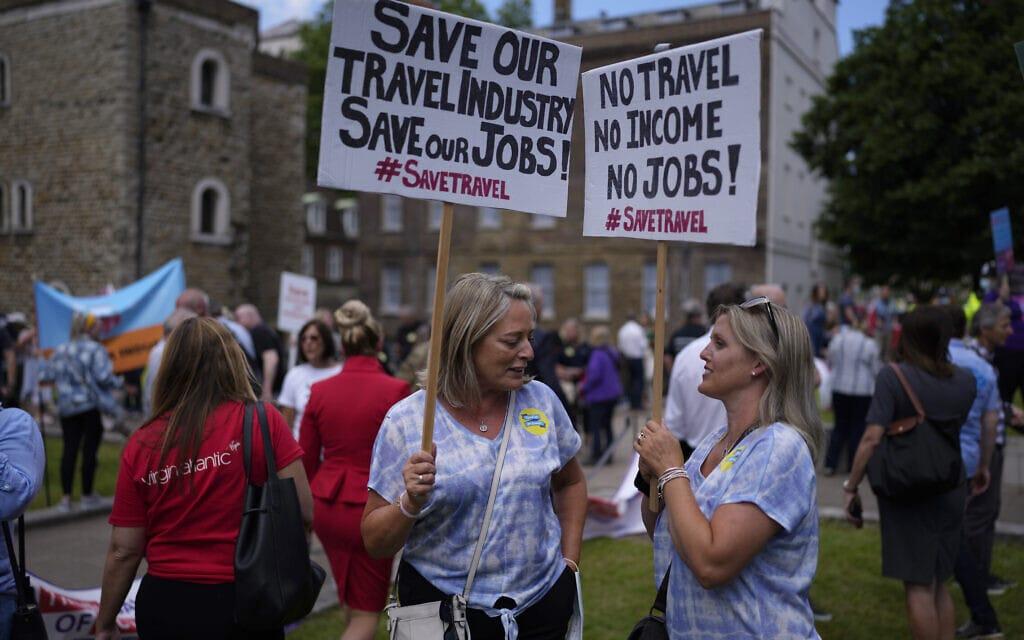 הפגנת עובדי ענף התיירות הבריטי בלונדון, 23.6.2021 (צילום: AP Photo/Matt Dunham)