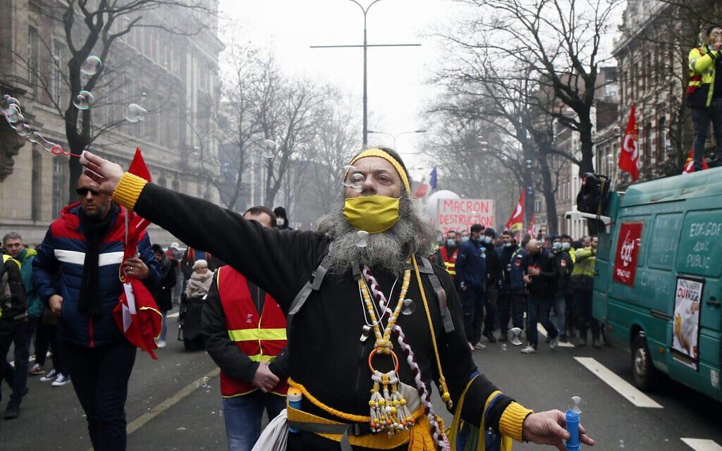 הפגנה במחאה על האבטלה בזמן סגר קורונה בליל, צרפת, 4.2.2021 (צילום: AP Photo/Michel Spingler)