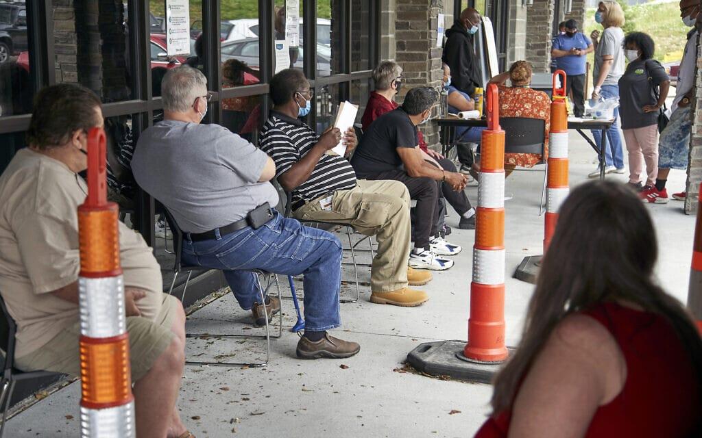 """מובטלים בנברסקה, ארה""""ב בזמן מגפת הקורונה, יולי 2020 (צילום: AP Photo/Nati Harnik)"""