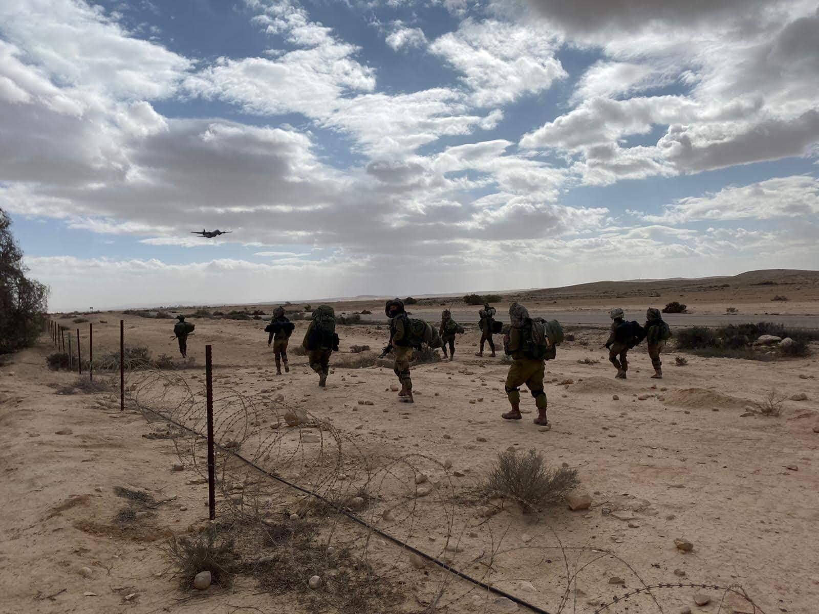 """לוחמות ולוחמי גדוד קרקל בסיור על גבול ישראל-מצרים (צילום: דובר צה""""ל)"""