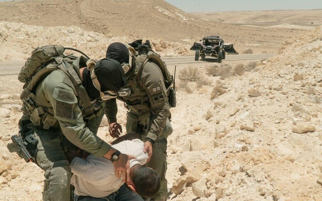 """חיילי צה""""ל תופסים מבריח סמים בגבול עם מצרים (צילום: דובר צה""""ל)"""