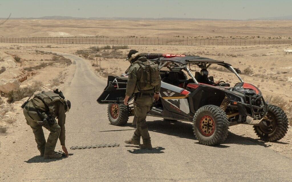 """חיילי צה""""ל בגבול ישראל מצרים, האחראים על תפיסת מבריחי סמים בגבול (צילום: דובר צה""""ל)"""