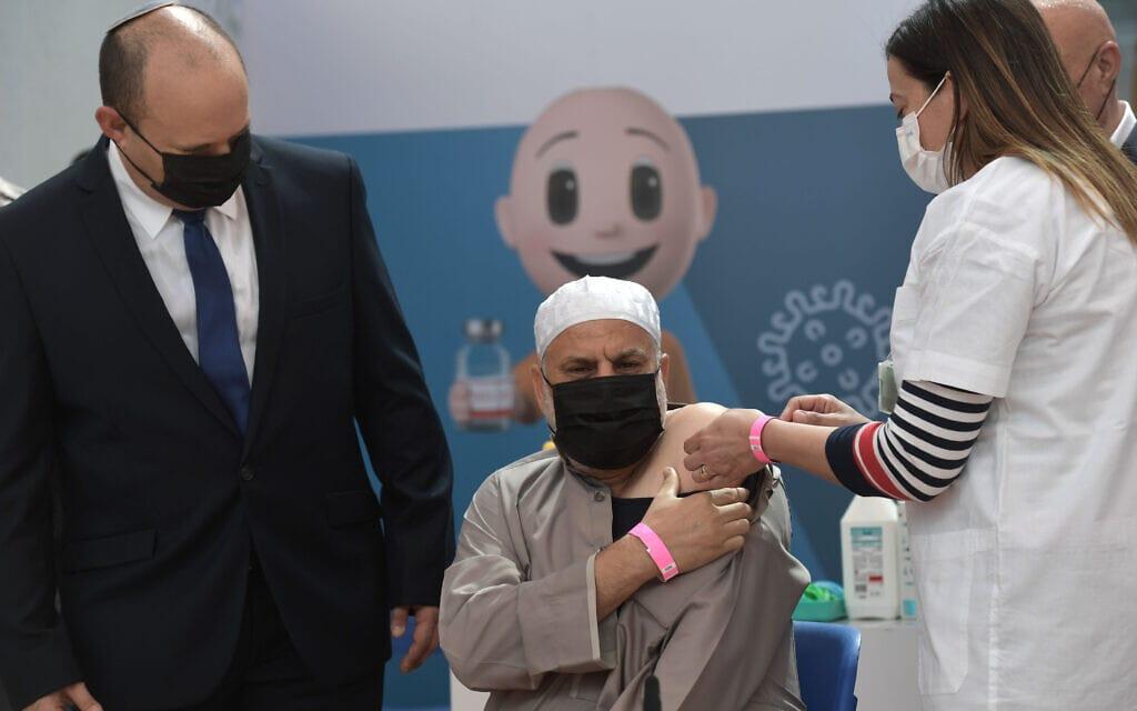 """נפתלי בנט במתחם חיסונים בטייבה. בחברה הערבית טוענים שאין זמינות חיסונים (צילום: קובי גדעון / לע""""מ)"""