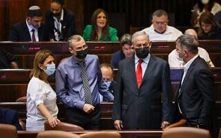 בנימין נתניהו עם בכירי סיעת הליכוד במליאת הכנסת, 28 ביולי 2021 (צילום: נועם מושקוביץ, דוברות הכנסת)